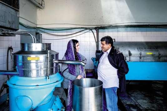 Sarah Toumi avec son oncle, dans l'huilerie familiale de Bir Salah, en Tunisie.