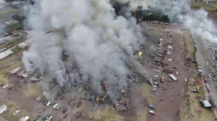 Vue aérienne du marché après l'explosion.