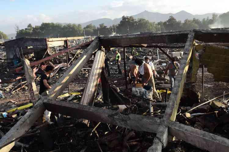 Des survivants et des riverains sont venus prêter main-forte aux secours pour tenter de retrouver des victimes parmi les décombres.