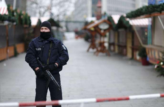 Un policier devant le marché de Noël à Berlin, en Allemagne.