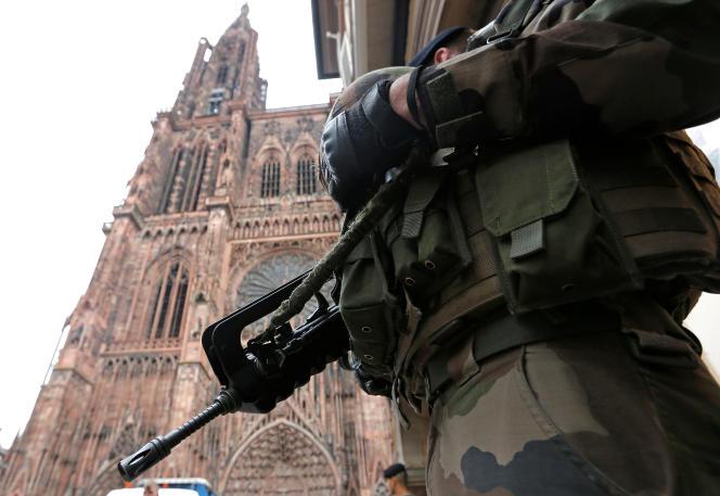 Soldat en patrouille de surveillance devant la cathédrale de Strasbourg, le 21 novembre.