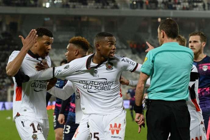 Nerveux, les Niçois, leaders de Ligue 1, ont terminé 2016 sur un match nul et deux expulsions.