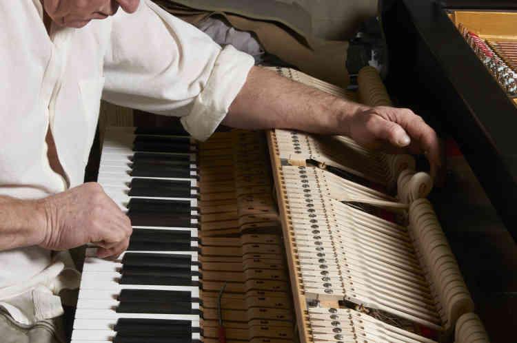 5. Réglage des marteaux pour un piano des années 1920.