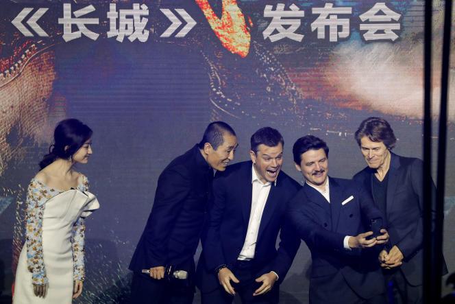 Willem Dafoe, Pedro Pascal, Matt Damon, le réalisateur Zhang Yimou et l'actriceJing Tian pendant une conférence de presse pour le film