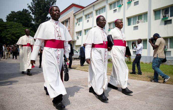 Des évêques congolais à leur arrivée pour des négociations entre l'opposition et le gouvernement du président Kabila, le 21 décembre 2016 à Kinshasa.