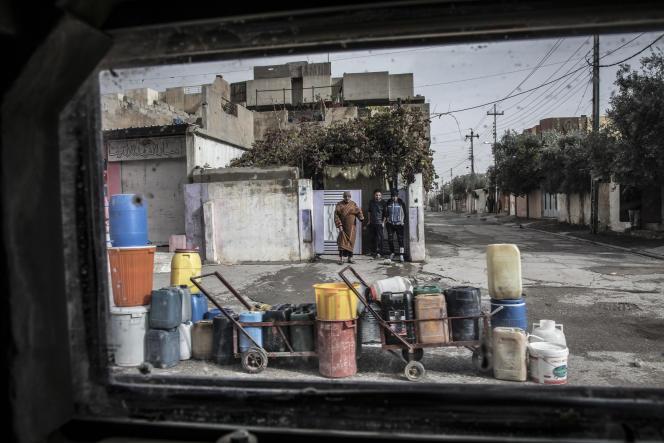 Des points d'eau improvisés dans le quartier d'Al-Muharibin, à Mossoul, le 2 décembre.