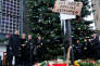 La chancelière allemande, Angela Merkel, entourée du maire de Berlin et de son ministre de l'intérieur, s'apprête à déposer des fleurs, le 20 décembre 2016, sur le marché de Noël visé par un attentat.