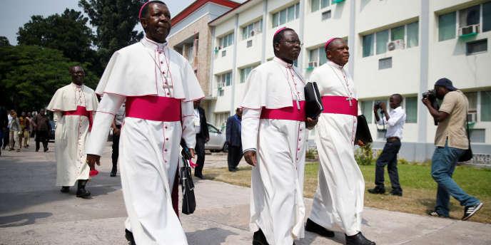 Les évêques de la Conférence épiscopale nationale du Congo (Cenco) Fidele Nsielele (G) Marcel Utembi (C) et Fridolin Ambongo (D) à leur arrivée, le 2& décembre 201-, pour la reprise du dialogue entre le pouvoir et l'opposition.
