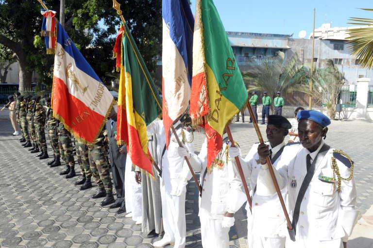 Des tirailleurs sénégalais défilent devant la mairie de Dakar, le 18 novembre 2014, lors d'une cérémonie en hommage aux 360 soldats sénégalais morts pour la France.