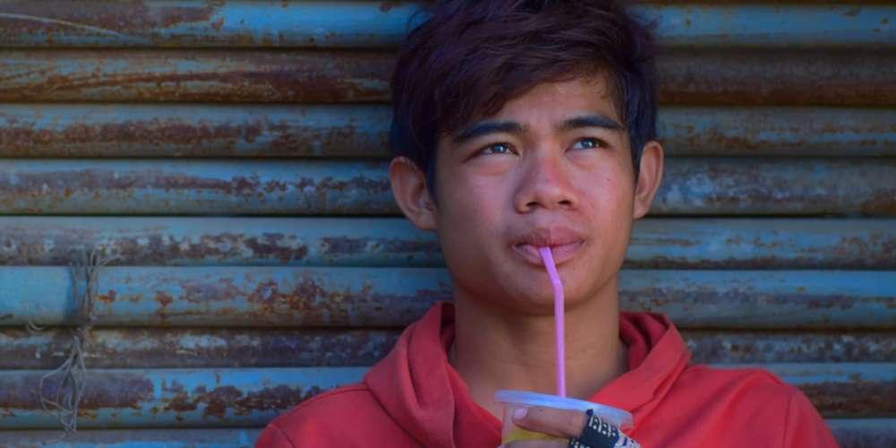 Pour son premier long-métrage de fiction, Davy Chou regarde avec compassion et lucidité comment se fracassent les rêves de jeunes Cambodgiens attirés par la vie urbaine. Sur un chantier dont les constructions sont destinées au« 1%» khmer, Bora (Sobon Nuon, ci-dessus) et ses amis rêvent, désirent, souffrent, tentant de repousser sans fin le moment où il faudra rendre les armes face à la réalité.
