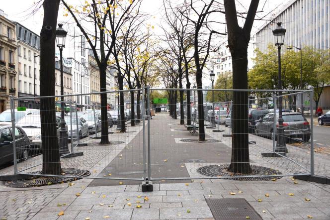 Grilles sur le terre-plein de l'avenue de Flandre à Paris, à l'endroit où se trouvaient 3 000 migrants qui avaient été évacués le 4 novembre.