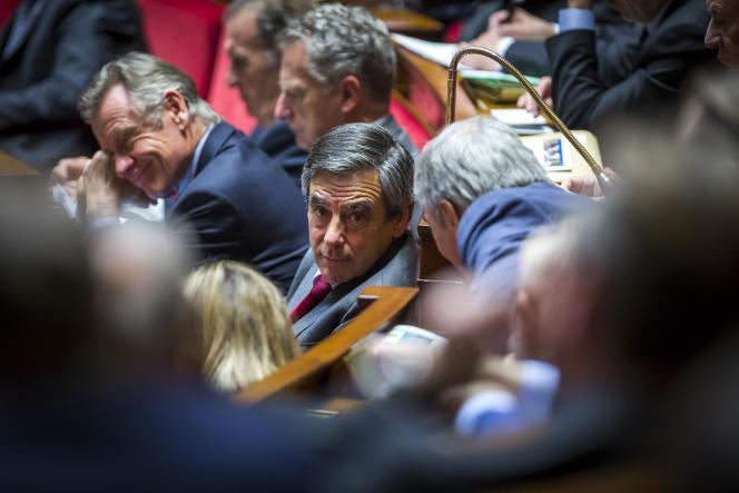 François Fillon dans l'hémicycle pendant que Bernard Cazeneuve, Premier ministre, prononce son discours de politique générale devant les députés à l'Assemblée nationale à Paris, mardi 13 décembre 2016.