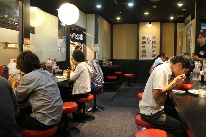 Dans un restaurant au Japon.