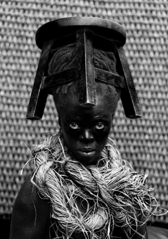 Zanele Muholi Sibusiso, Cagliari, Sardinia, Italy, 2015, Tirage numérique sur aluDibond 6 mm, 210 x 140 cm Série Somnyama Ngonyama