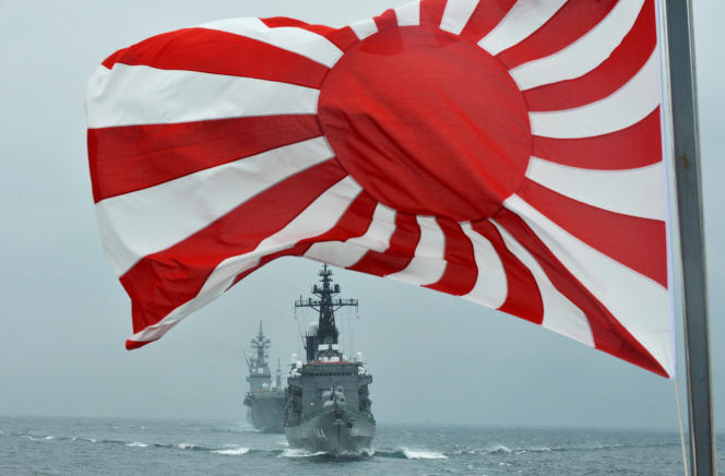 Les navires militaires japonais «Hyuga» et «Kurama»dans la baie de Sagami, le14octobre2012.