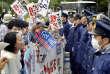 Des opposants aux bases militaires américaines d'Okinawa, dans le sud de l'île, le 22 décembre 2016.