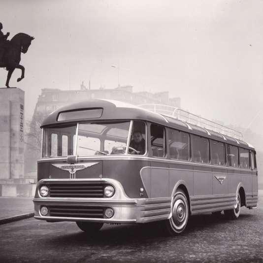 L'autocar AP 52 au Trocadéro, à Paris, en 1952.