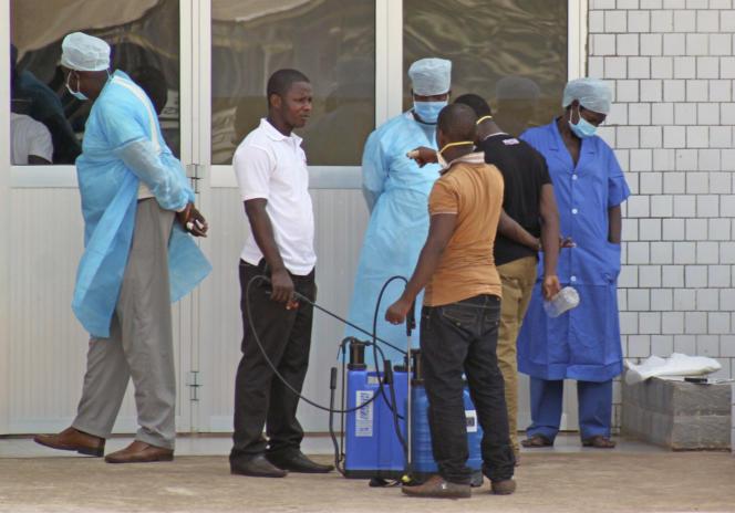 Le personnel soignant attend des patients touchés par Ebola, devant les urgences de l'hôpital de Conakry, en mars 2014.