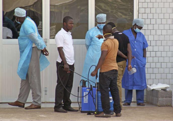 L'entrée d'un hôpital de campagne mis en place pour traiter des personnes atteintes d'Ebola en mars 2014, en Guinée-Conakry.
