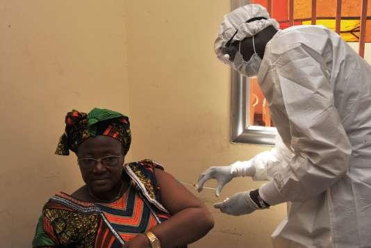 Une femme se fait vacciner contre Ebola en mars 2015, à Conakry.