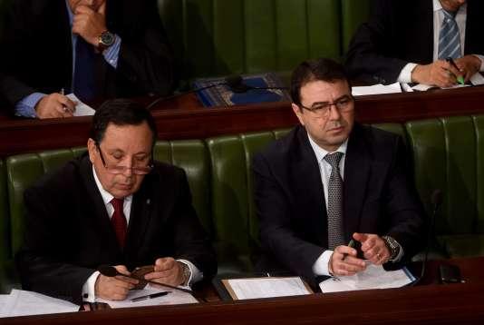 Le ministre tunisien de la défense Farhat Horchani(à gauche) et le ministre tunisien de l'intérieur, Hédi Majdhoub à l'Assemblée, le 23 décembre