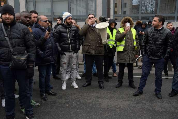 Helmi Mamlouk (au cente, avec le porte-voix) président de l'Association CAPA-VTC, le23décembre à Paris.