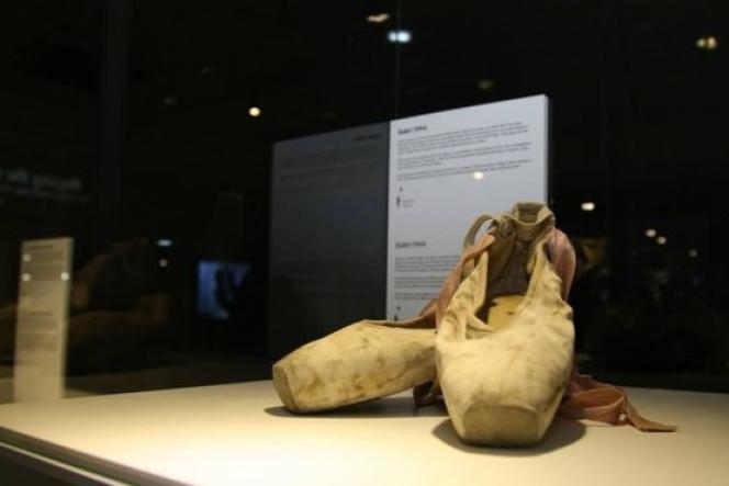 Mela Softic, Sarajeviénne de 32 ans, a offert au musée sa première paire de ballerines, reçue en 1994.