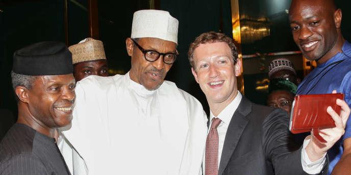 Le fondateur de Facebook, Mark Zuckerberg, prend un selfie en compagnie du président nigérian Muhammadu Buhari lors d'une visite à Abuja, le 2 septembre 2016.