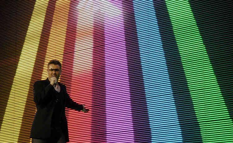 Le chanteur avait révélé publiquement son homosexualité en 1998. Il chante ici en 2007 à Bratislava (Slovaquie) avec le drapeau arc-en-ciel en guise de décor.