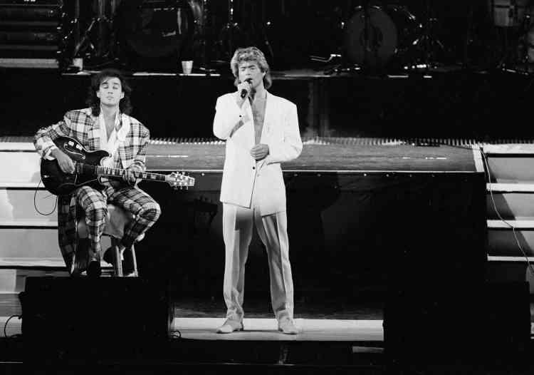 George Michael et Andrew Ridgeley, de Wham!, chantent à Pékin en 1985.