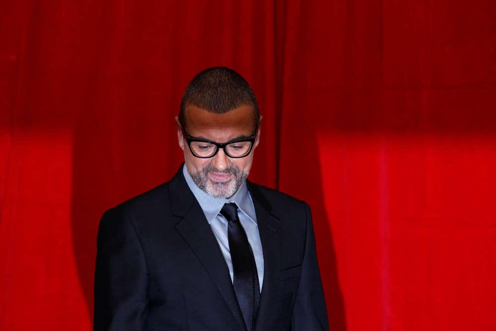 Le chanteur, qui a connu le succès avec le groupe Wham!, avant de se lancer dans une carrière solo, pose pour les photographes au Royal Opera House de Londres, en mai 2011.