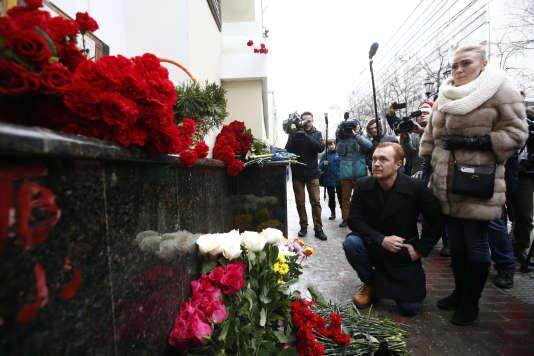 Des Moscovites rendent hommage aux membres de l'Ensemble Alexandrov (Chœurs de l'Armée rouge) décédé dans le crash de leur avion en mer Noire, le 25 décembre.