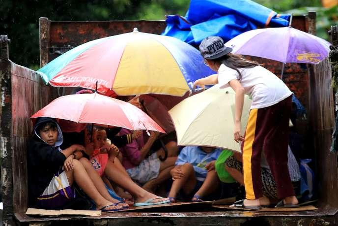 Les habitants de Barangay Matnog se protègent à l'arrivée du typhon Nock-Ten.