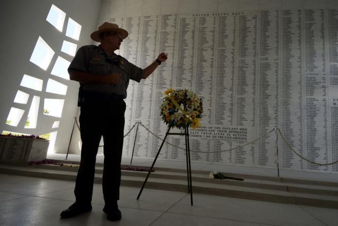 Un ranger s'exprime devant le mur du mémorial USS Arizona, à Hawaï, le 24 décembre. Sur ce mur sont inscrits les noms des hommes d'équipage ayant perdu la vie lors de l'attaque surprise menée par les Japonais au matin du 7 décembre 1941.
