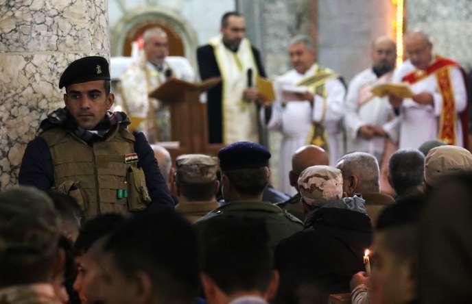 Messe de Noël sous haute surveillance dans une église deKarakoch le 25 décembre.