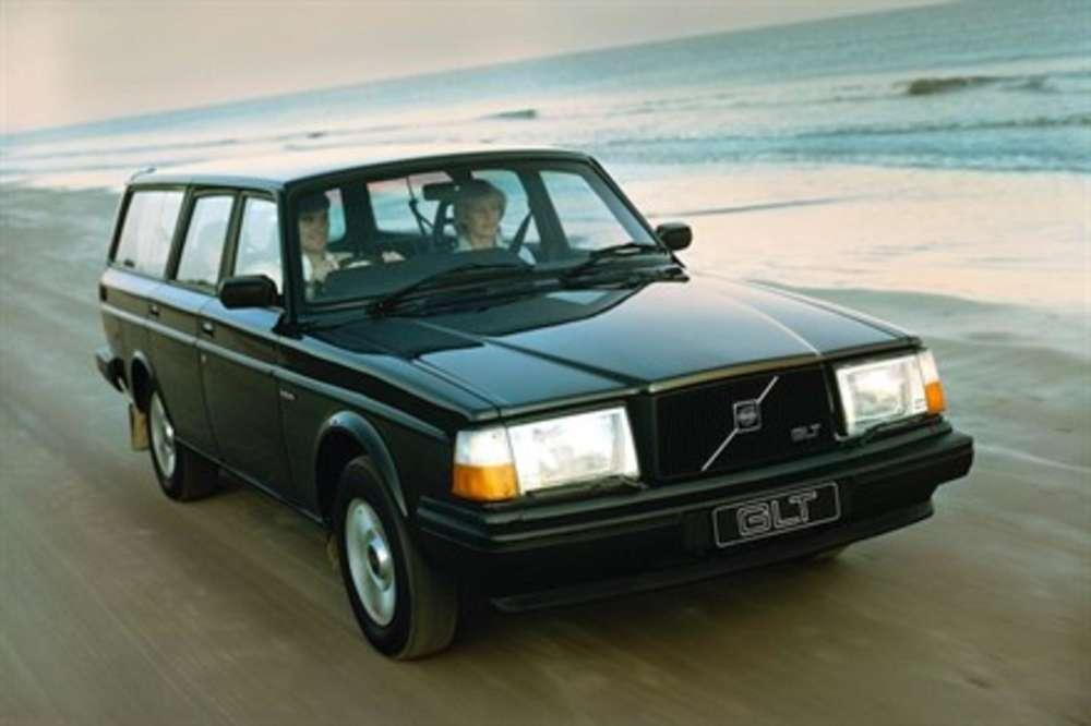 Avec ses lignes géométriques, qui lui garantissent une capacité d'emport considérable, et sa mécanique puissante et éprouvée, le245 break Volvo s'est imposépartout dans le monde. L'increvable 245 sera produit pendant dix-neuf ans, de 1974 à 1993.