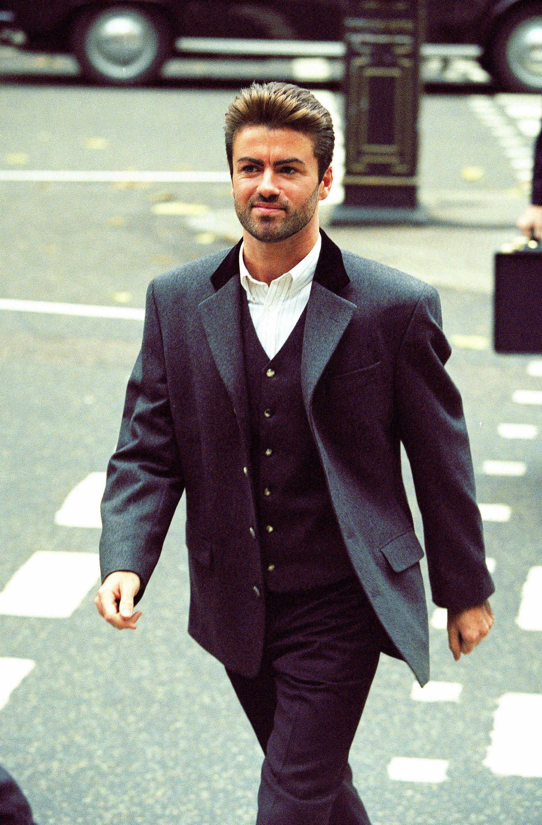 Après un fulgurant succès avec le groupe Wham! dans les années 1980, le chanteur se rend au tribunal de Londres en 1993 pour tenter de rompre le contrat qui le lie à Sony Music, afin de poursuivre sa carrière en solo.
