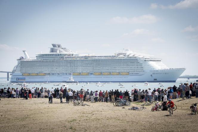 L'«Harmony of the Seas», le plus grand paquebot au monde, devant les chantiers STX de Saint-Nazaire où il a été construit pour l'armateur Royal Caribbean Cruises Ltd.