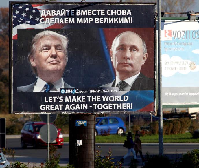 Une affiche montrant Donald Trump et Vladimir Poutine, le 16 novembre au Monténégro.