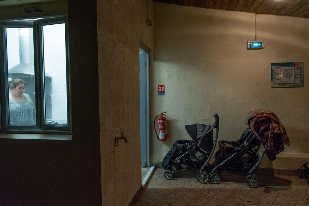 La question n'est pas cantonnée à l'Ile-de-France. Le département des Bouches-du-Rhône a, par exemple, autoritairement limité à dix nuits par personne et par an le recours à l'hôtel, afin de ne pas dépasser son budget, bafouant le principe constitutionnel de mise à l'abri inconditionnelle et continue. Ici, la cuisine commune de l'hôtel Le Globe, à Aubervilliers.