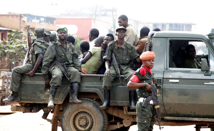 Des soldats congolais dans leur pick-up après avoir dispersé, le 24 août, des manifestants qui protestaient contre l'incapacité du gouvernement à stopper les tueries à Butembo, Nord-Kivu.