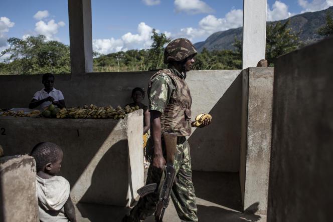 Un soldat de l'armée mozambicaine dans le marché du village de Vanduzi, près du parc de Gorongosa, en mai 2016.