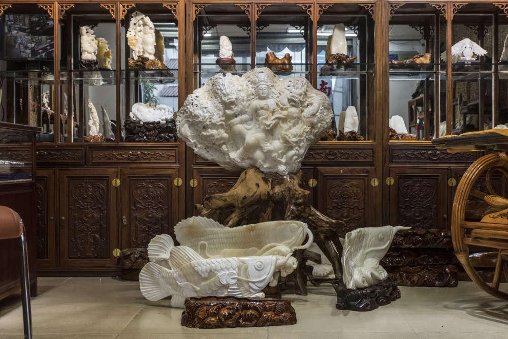 Dans un magasin de Tanmen. Les bijoux et décorations réalisés à partir de coquilles de bénitiers géants sont desobjets de luxe très convoités, presque au même titre que l'ivoire ou le jade. Ils peuvent se vendre plusieurs milliers d'euros.
