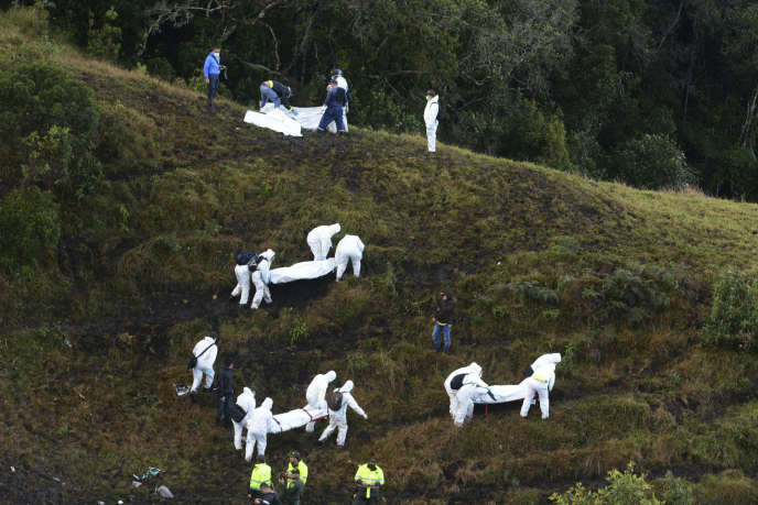 Les sauveteurs évacuent des victimes de l'avion qui s'est écrasé le 29 novembre en Colombie.