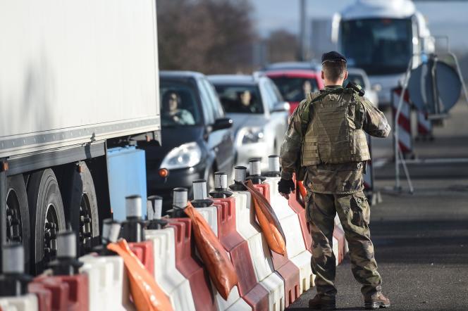 Un militaire français à la frontière franco-allemande le 22 décembre 2016.