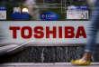 Le logo Toshiba dans une rue de Tokyo, en juin 2015.