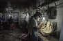 Tanmen (Hainan, Chine), le 22 septembre 2016 Des ouvriers au travail dans un atelier de sculpture de coquilles de clams géantes. Les décorations et bijoux réalisés à partir de coquille de clams géantes, sont devenus des objets de luxe très convoités, parce qu'ils se rapprochent de l'ivoire et de la jade. Des centaines de magasins et d'ateliers ont ouvert dans le petit port de pêche de Tanmen au coeur de cette récente industrie.