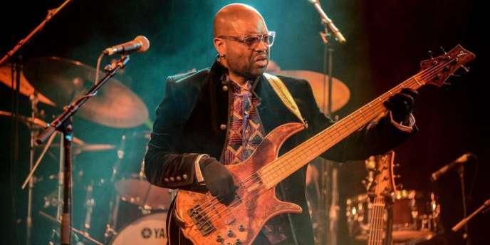Le bassiste camerounais Etienne Mbappé en concert au Divan du monde le 1er décembre. L'artiste revêt des sous-gants de skieur sur scène pour donner au son une teinte feutrée