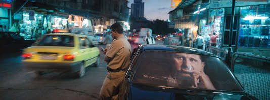 Un portrait de Bachar Al-Assad à l'arrière d'une voiture, dans le quartier de Bab Al Faraj, en 2003.