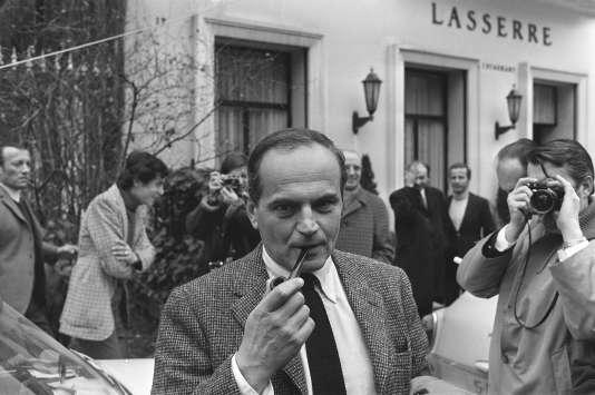 """L'écrivain français Michel Déon arrive chez Lasserre, le 07 Décembre 1970 à Paris, alors qu'il vient d'être couronné par le prix Interallié pour son roman """"Les poneys sauvages""""."""